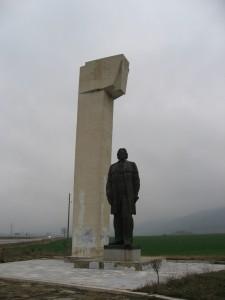Une bien belle statue communiste en bas de la montagne