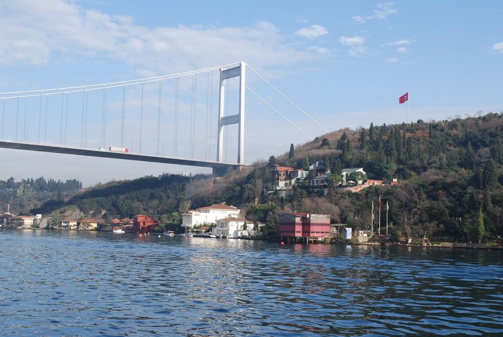 Pont et maisons sur le Bosphore